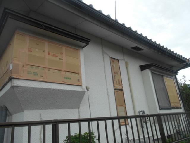 台風対策:窓の外にダンボールと養生テープ