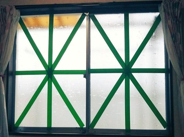 養生テープで窓ガラスを補強