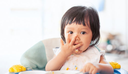 離乳食後期で手づかみはいつから?おすすめメニューや対策グッズも紹介